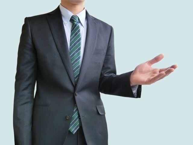 法人ETCカードの審査項目について説明するビジネスマン